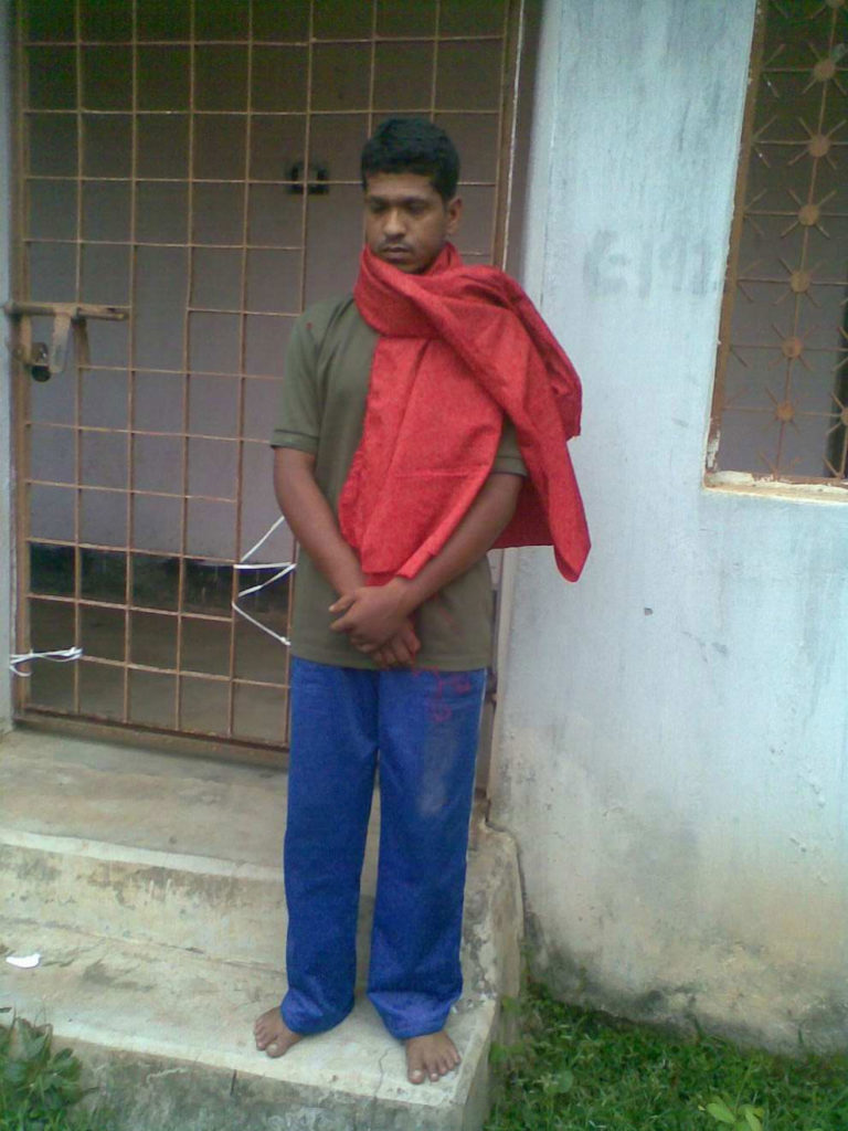 Policemen nab maoist